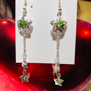 Star dangling earrings with green gemstones